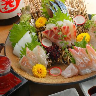 金田漁港から届く新鮮な魚。刺身や煮つけでお届けいたします