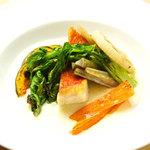 築地歴30年の厳選仕入れ!あさりダシで煮込んだ季節野菜のぽったりスープで食べる鮮魚のポワレ