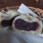 茶房 城山 - 中身は野沢菜など3種類から選べます。この日はあんを選択