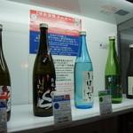 原田酒造場 - ストッカー一段目、山車辛口や、しぼりたてが並んでいます(2014.1.24)