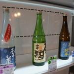 原田酒造場 - ストッカー二段目、にごり酒や原酒が並びます(2014.1.24)