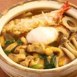 麺房 美よし - カレー鍋焼うどん 1450円 海老天、とり、あげ、ちくわ、しめじ、温泉卵、九条葱   寒い季節の定番 カレーうどんと鍋焼のコラボレーション