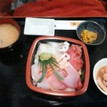 24089232 - 日替わり定食は700円。四種丼でこの日はマグロ中落ち、ヤリイカ、寒ぶり、甘エビ。                       大きなぶりが3切れのってて美味しい(*^^*)