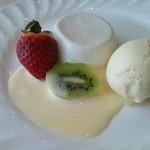 フレンチレストラン カザマ - ココナッツブラマンジェと蜂蜜のアイス アングレーズソースが絶妙!