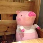 24094970 - 空いてる席に豚のぬいぐるみが座っていました。