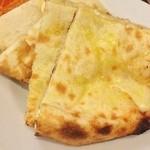 ビニタダイニング - チーズナン。