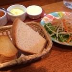 Monte bianco - バケットとサラダ