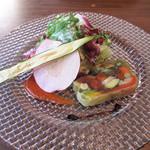 白金茶房 - お好きなサラダ5種類の中から10種野菜のテリーヌ。                             野菜をコンソメゼリーで固めたもの。