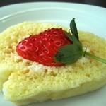 べりカフェ つばさ・游 - 料理写真:霜里農場の無農薬いちごがのったロールケーキ