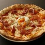 CONA - とろーり半熟玉子と生ハムのピザ!