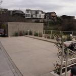 ル・ミリュウ - 通り沿いにある駐車場