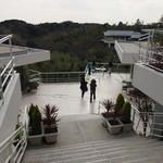 ル・ミリュウ - 階段上からの景色。階段下の建物がサロン