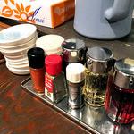 麺者 風天 - 卓上に常備された調味料類