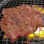 極味や 大名店 - 大人気メニューである壺漬け中落ちカルビ。                             牛のアバラの骨と骨との間のお肉で旨みが凝縮されていて、                             とても美味しいらしいです。
