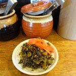麺堂 香 - 目の前にある「辛子高菜」と「紅生姜」