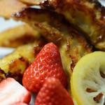 大人のフレンチトースト カラメリゼで季節のフルーツを最高級生クリームで