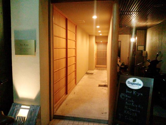 bar K家 本館 - このアプローチの奥が入口。六角通りの三木半旅館向かい