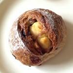 24132194 - 赤い実とクリームチーズのパン