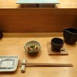 鮨やまと - 付け出しに日本酒