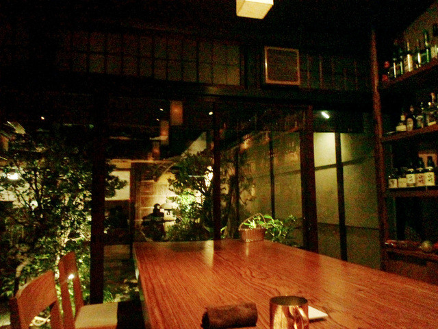 bar K家 本館 - カウンター奥の中庭