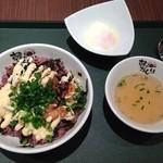 韓のおしり - まかない丼に温泉玉子トッピングでワンコイン!