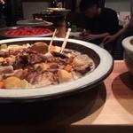 とびこ - カウンターには大皿料理がずらりー!