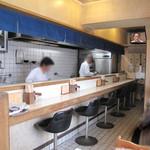 天龍 - 入ってみると至って健全なイニシエ食堂。 感じの良い年配のご夫婦で切り盛りされています。 カウンター席とテーブル席があります。