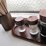 天龍 - 卓上にはコショウとウスターソース。 恐らくチャンポン・皿うどん用ですね。