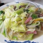 天龍 - 野菜もスープも麺もたっぷり入ってワンコインは嬉しい! 広口の浅い鉢に入っているのが本場長崎風ですね。