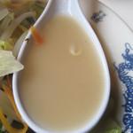 天龍 - スープに野菜の旨みが加わっているのは、ちゃんぽんに共通する点ですが、 こちらはそこはかとなく家庭的な味なのです。