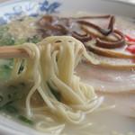 天龍 - イニシエ系の典型で、紅ショウガとコショウとゴマはあらかじめトッピングされています。  スープはあっさりと豚骨度低め。