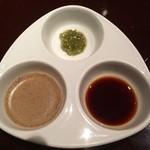 藤丸 - ステーキのソース:刻みわさびソース、黒胡椒のソース、醤油