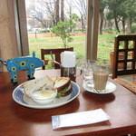 24140019 - ジンジャーチャイ(550円→セットで300円)と、ベジタブル&チーズサンドイッチ650円。パンはカンテグランデ・ベーカリーのパン。靭公園が良く見える窓際の席で。♡