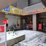 ホイッスルカフェ - 早稲田通り沿い、めがね屋さんの隣り。