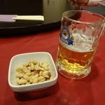 東方楼 - ビールとピリ辛ピーナッツ