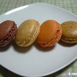 リヴゴーシュ・ドゥ・ラセーヌ - マカロン。。左からショコラ、キャラメル・サレ、オレンジ、キャフェ