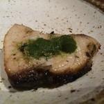 カッチャル バッチャル - 鰤のタンドール焼き(グリーンソースを乗せたところ)