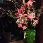 J's Bar 赤坂 - エントランスに生花