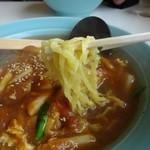 満来 - 麺は平打ちの縮れ麺