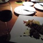 24155216 - 飲み放題の赤ワインにメインディッシュ。メインは肉料理か魚料理か選ぶことができます。私は肉料理を選びました。