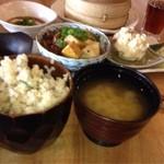SOHSOH - 玄米ませごはん、味噌汁、牛すじと生麩のすきやき風、ベーコンとカマンベールチーズのポテトサラダ