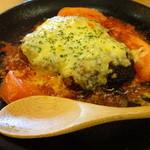 24159358 - チーズがとろけるハンバーグのトマトグラタン!