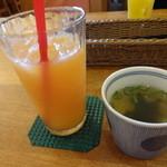 24159361 - グレープフルーツジュースとスープ
