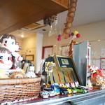 チヅおばさん - 店内、アクセサリーがいっぱい、なぜかペコちゃんもいっぱい