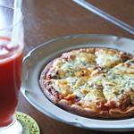チヅおばさん - トマトとバジルのマルゲリータピザとトマトジュース