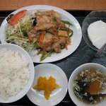 華丸 - 女性にはデザートが付く「日替わりランチ 豚肉の焼肉 中華風(\650)」。