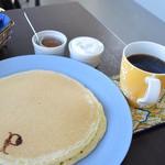 24164286 - パンケーキとコーヒーのセット。釧路市内のムクさんから豆を購入しているとのことでした。偶然にも私がよく買うお店でした。