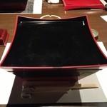 酒菜屋 錦町 はぎ - 謎の器に期待が膨らむ。