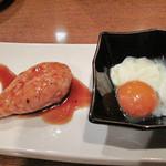 博多屋台ファクトリー - オリジナルつくね・温玉付き。                             マラカス状の大きめつくね(鶏団子)を黄身に絡めて頂きます。
