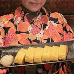 博多屋台ファクトリー - 出汁巻き玉子焼き。生産者限定のこだわり玉子を使ってるみたいで、                             炭火焼鶏の親子丼や玉子かけご飯もあります。